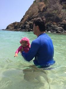 Praia do cachorro. Nadamos com as arraias lado a lado. Camila ficou maravilhada, e nós também!